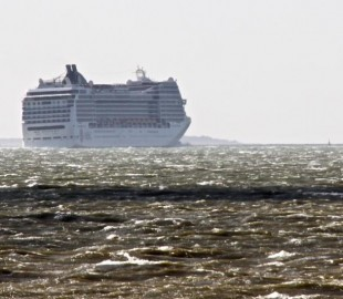 MSC Magnifica off the Isle of Wight heading into Southampton. Turning into the wind.