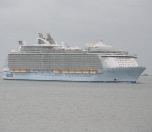 Oasis of the Seas enters the Solent