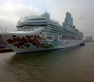 Norwegian Gem in Rotterdam in 4 October 2007.