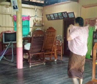 We were given a tout of the inside of soemones house whilst in Angkor Ban