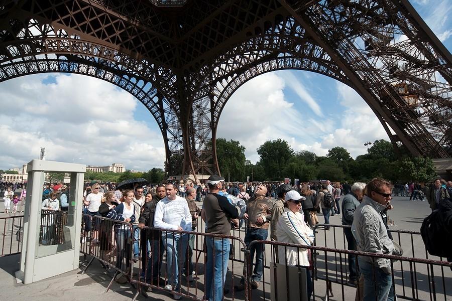 Eiffel tower queue