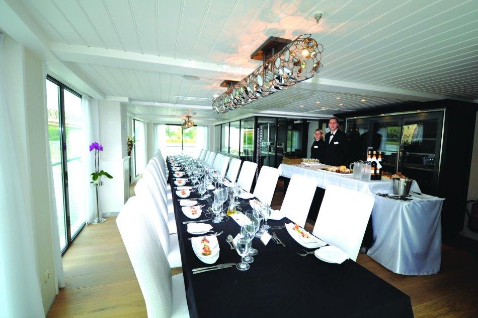ama waterways restaurant